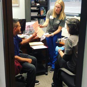 Ventanilla de Salud: Nurse providing consultation and referral.